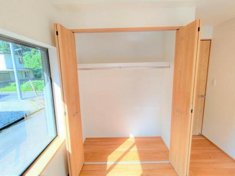 収納 【リフォーム済】1階5帖洋室の収納は押入れからクローゼットへ変更を行いました。枕棚とハンガーパイプも設置しておりますので使い勝手が良いですよ。