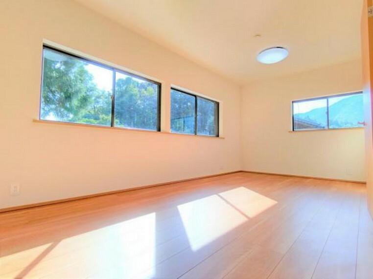 【リフォーム済】2階に二部屋あった和室は壁を撤去し、一部屋の洋室になりました。窓が4箇所あるので通気・採光ともに良好です。