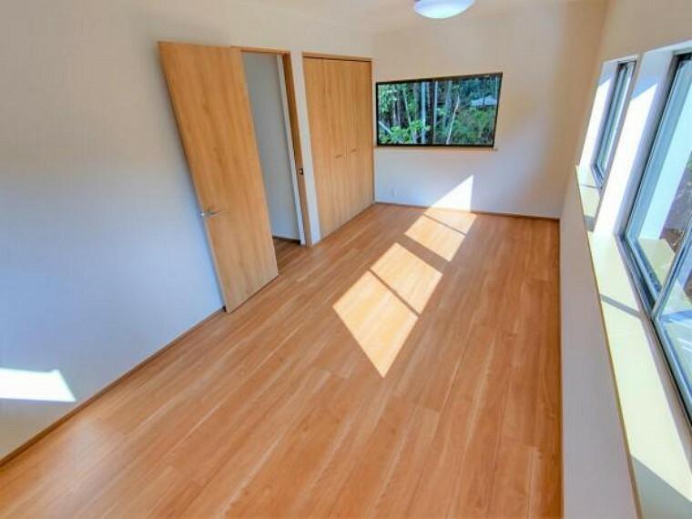 【リフォーム済】2階9帖洋室は壁と天井のクロス張替、床はフローリングで仕上げました。余裕をもってベッドを置けるので、寝室にいかがでしょうか。