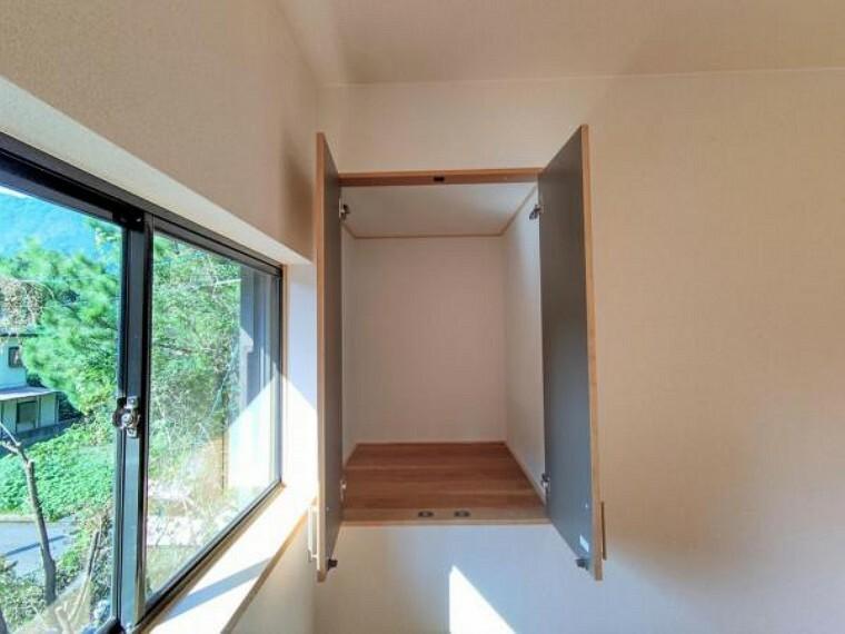 収納 【リフォーム済】2階9帖洋室には収納が2つあります。画像は階段上の収納です。コンパクトな間取りですが収納も充実しています。