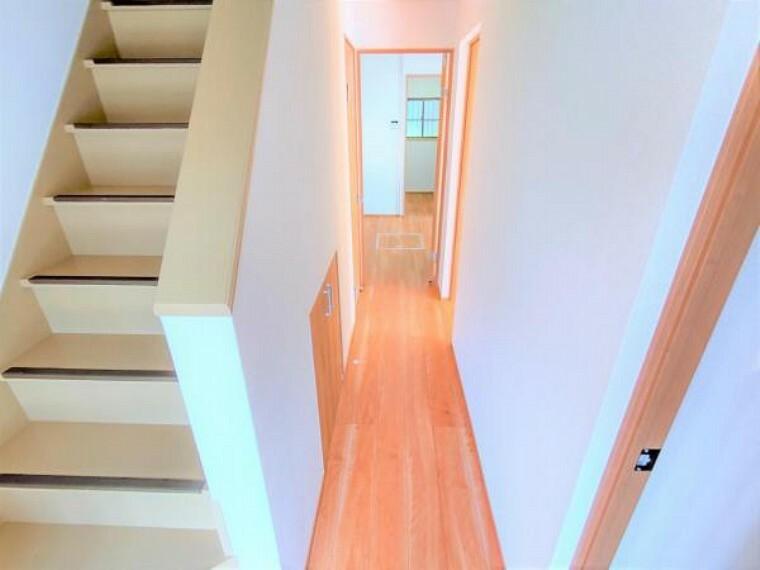 【リフォーム済】1階廊下はフローリングの張替、クロスの張り替えを行いました。住友林業クレスト製のフローリングと建具を使用しています。