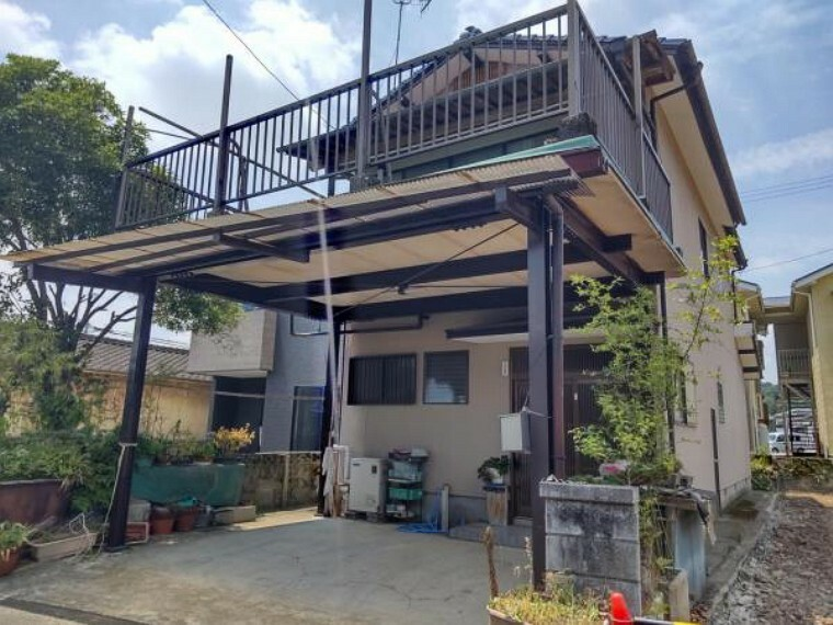 外観写真 【リフォーム中写真】駐車場2台。外壁と屋根を塗装し、鉢植え・植栽を撤去してスッキリと外観を整えます。