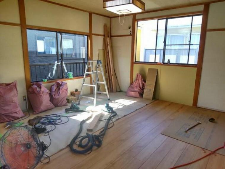 【リフォーム中写真】2階の洋室です。9畳分の広さの広い個室です。クローゼットあり。