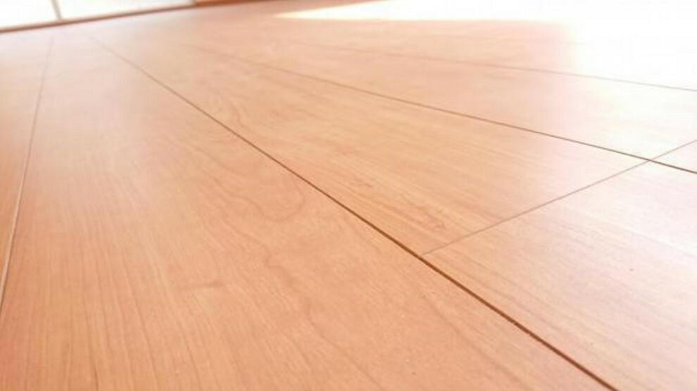 【同仕様写真】床材は永大産業社製を使用予定。傷に強く、表面の特殊加工により、頑固な汚れも拭取りやすくお掃除楽々。汚れの付着しにくい仕上げでワックスは不要です。