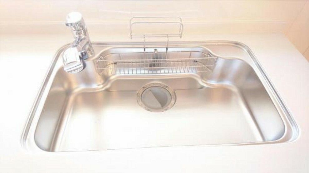 【同仕様写真】新品キッチンのシンクは、大きな鍋も洗いやすいセンターポケット形状。シンクの裏面に振動を軽減する素材を貼ることで、水はね音を抑えた静音設計のシンクです。