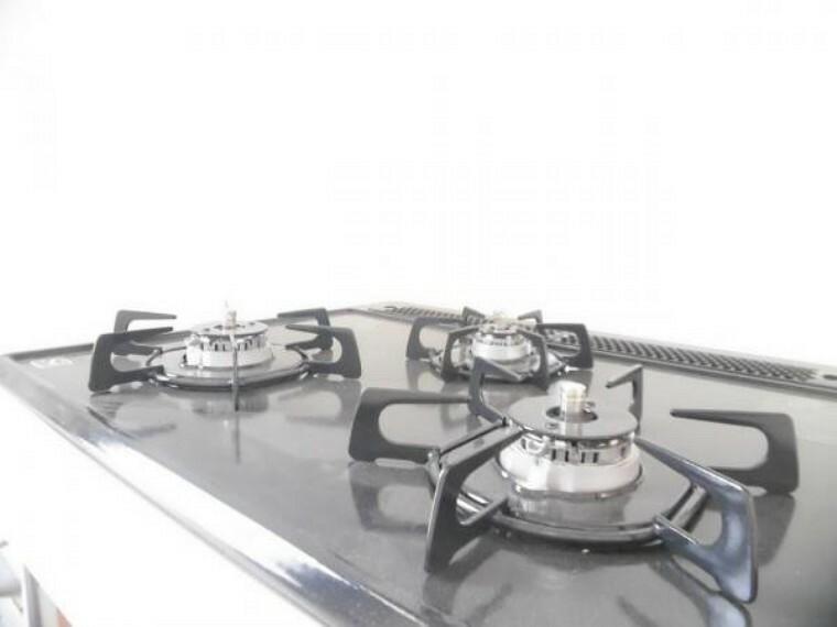 【同仕様写真】コンロは3口あり大きなお鍋を置いても困らない広さです。ワンタッチ着火で火力調整もレバーでできます。ワークトップは熱や汚れに強いエンボス加工でうっかり吹きこぼしてもお掃除ラクラク。