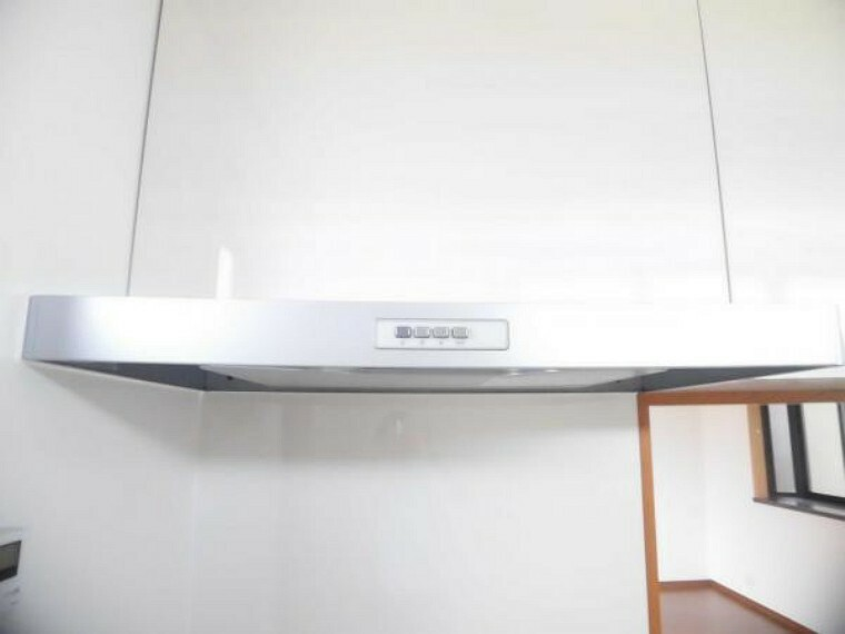 【同仕様写真】キッチンの薄型レンジフードです。見た目にはスリムですが、コンロに面した平らなパネルで煙を捕らえ、パネルの周りの吸気口からどんどん排出してとてもパワフル。