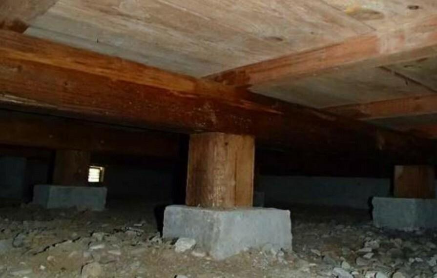 構造・工法・仕様 中古住宅の3大リスクである、雨漏り、主要構造部分の欠陥や腐食、給排水管の漏水や故障を2年間保証します。その前提で床下まで確認の上でリフォームし、シロアリの被害調査と防除工事もおこなっています。