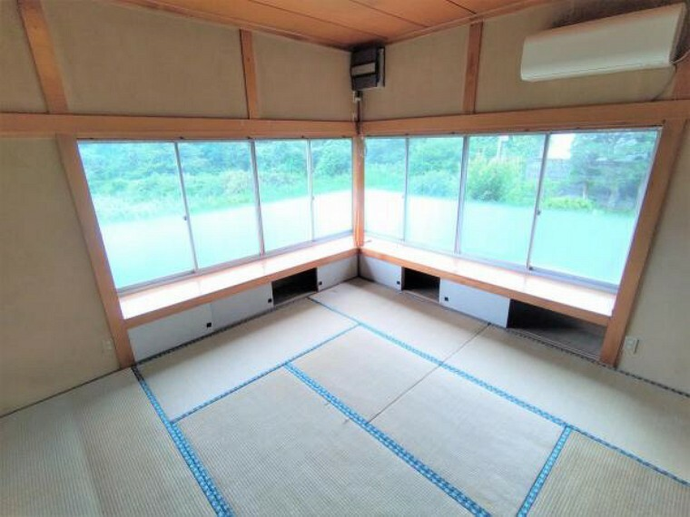 居間・リビング 【リフォーム中】18帖LDKは、天井と壁のクロスを張り替え、床は永大産業製のフローリングに張り替えます。汚れが拭き取りやすく傷もつきにくい素材なので、お掃除もラクラクです。