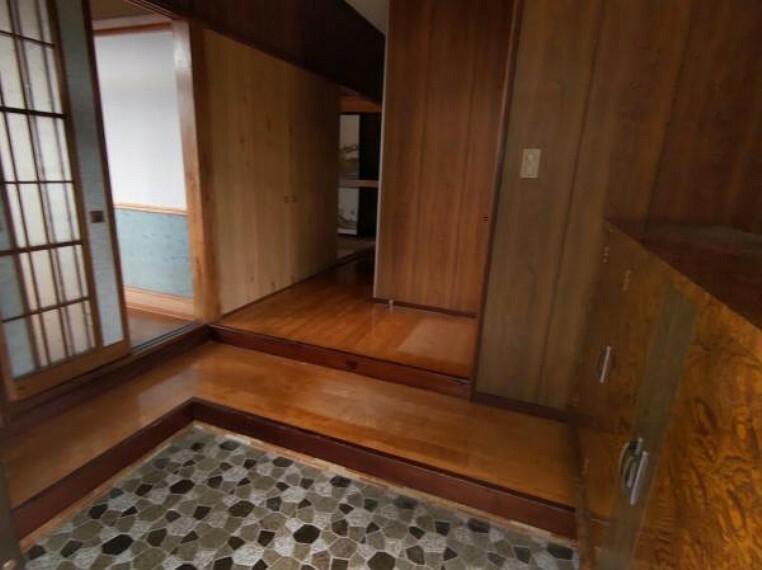 現況写真 【リフォーム中】玄関ホールです。シューズボックスを交換し、天井・壁のクロスを張替え、床のフローリングを張替えます。玄関はお家の顔となる部分、お客様が最初に目にする場所だからこそ、第一印象が大切ですね。