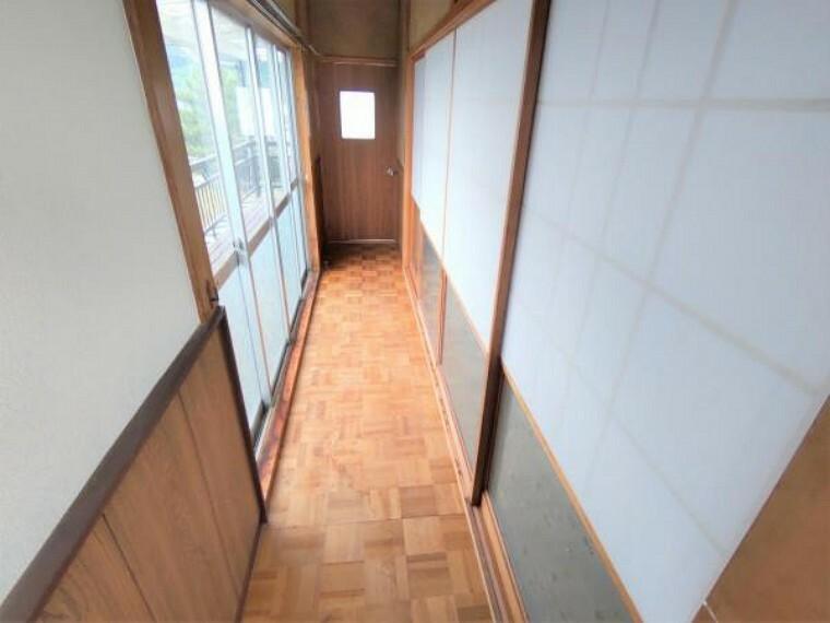 現況写真 【リフォーム中】廊下は、天井のクロスを張替え、床のフローリングを張替えます。照明も交換し、明るい印象に生まれ変わります。
