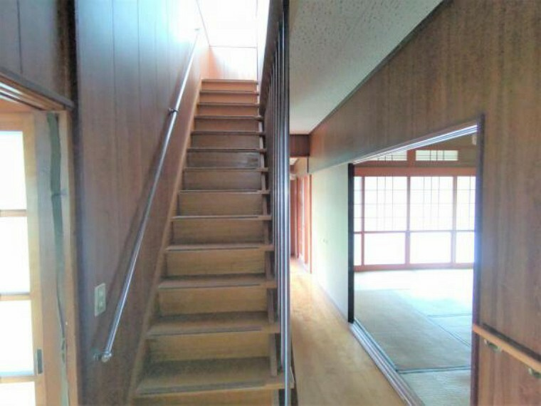 【リフォーム中】階段は床板は塗装で仕上げます。滑り止めのノンスリップ、手すりを設置してお子様やご高齢の方にも安心してお使いいただけます。