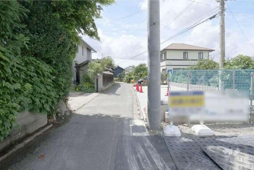 現況写真 前面道路は2.7メートルです。交通量は多くないので、車の出し入れで苦労はしないでしょう