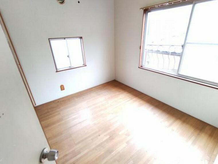 洋室 【リフォーム中】2階洋室です。天井・壁のクロス張替えの他、床は上張りし照明や火災報知器も新品を設置する予定です。