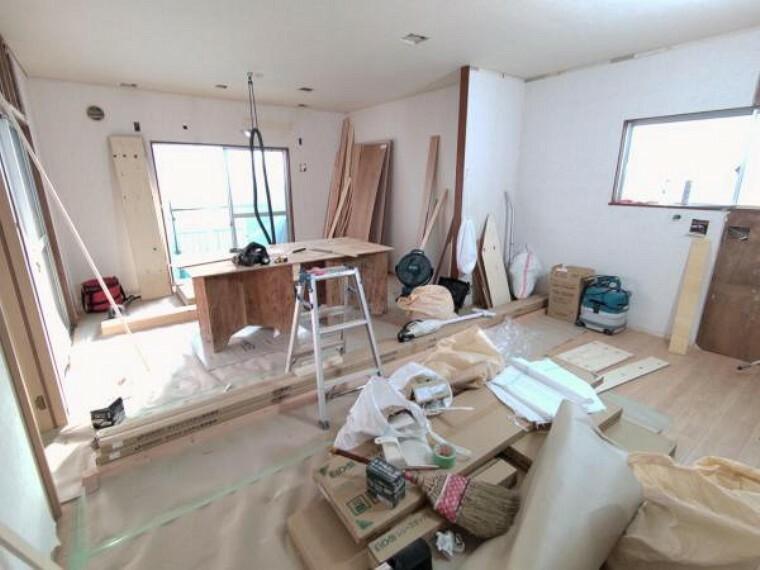 居間・リビング 【リフォーム中】約13.5帖のLDKです。壁はクロス仕上げ、床はフローリングを重ね張りをする予定です。