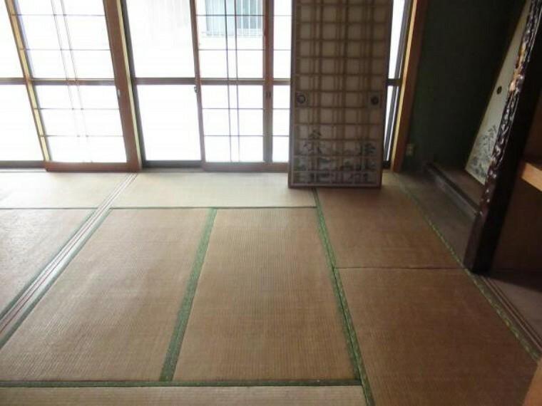居間・リビング 【リフォーム前写真】続き間の和室はリビングに間取り変更予定です。天井・壁はクロスを、床はフロア張替えを行います。