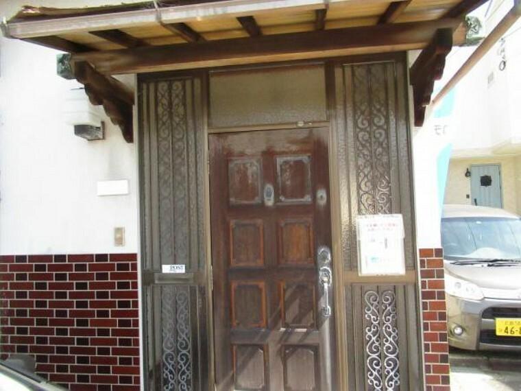 玄関 【リフォーム前写真】玄関は新品交換します。1日のスタートを新しい玄関から気持ち良くきっていただけます。