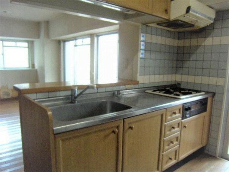 キッチン 入れ替え前の対面式システムキッチン。新品に交換予定です。