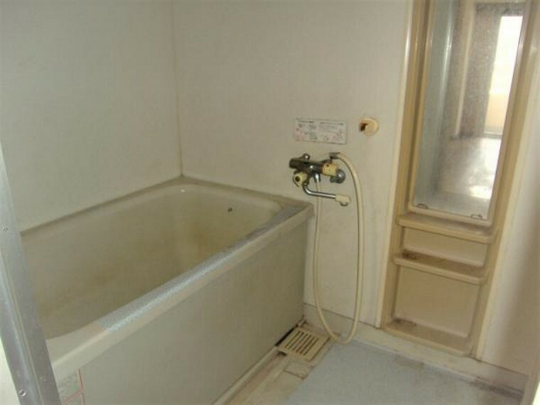 浴室 入れ替え前のバスルーム。お風呂も新品に交換します。