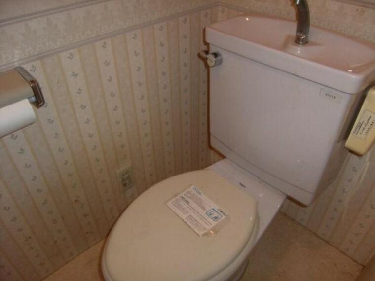 トイレ 入れ替え前のトイレ。トイレも入れ替え、水廻りはすべて新品に。