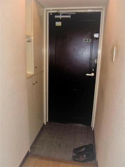 玄関 リフォーム前の玄関内部及びシューズボックス。