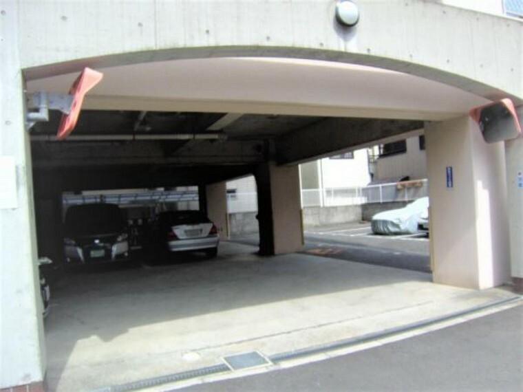 駐車場 マンション1階部分の駐車場。現在は満車です。