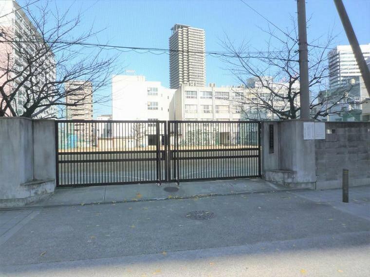 周辺の街並み 現地から徒歩約13分の下福島中学校。平坦な道のりなので自転車も利用できます。