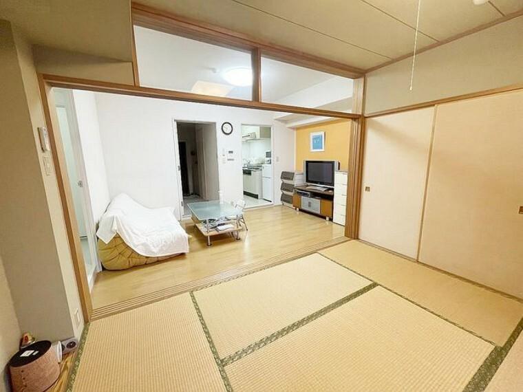 ゆっくりと過ごせる和室。大きめの押し入れがございます。