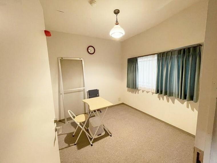約4.7帖の洋室です。こちらは西廊下側に窓がございます。