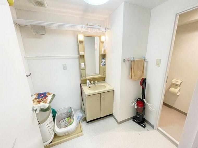 洗面化粧台 洗面室はゆったりとした空間 室内洗濯機置き場あり。