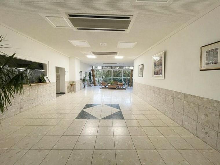エントランスホール ホテルライクなエントランス。入口すぐに管理人室があり、セキュリティにも特化。