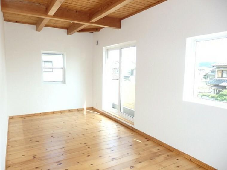 様々なタイプの窓が付いたオシャレな洋室。