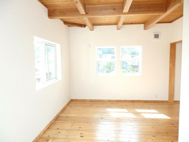 たっぷり収納できる広い主寝室が心地いい。