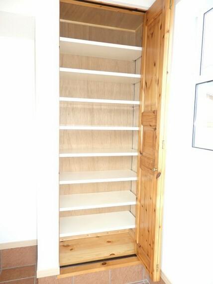 収納 シンプルなデザインの玄関収納。
