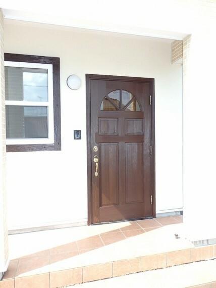 玄関 温もりを感じるウッド調の玄関。小窓もさり気なくオシャレ。