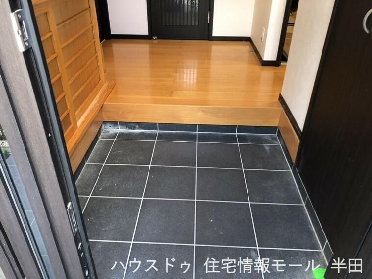 玄関 ~玄関には頼もしい収納力の土間収納があります~