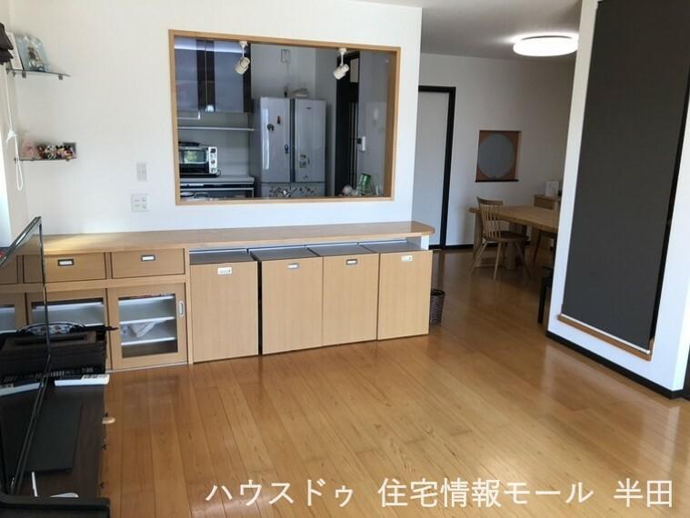居間・リビング ~20.25帖のLDKはゾーニングしやすい設計 4.5帖の和室が隣接していて扉を開け放てば広々空間になります~