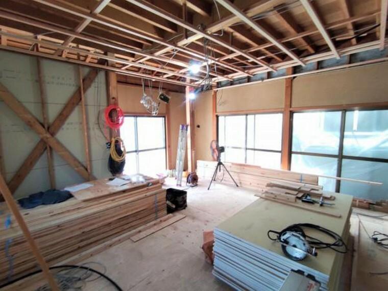 居間・リビング 【リフォーム中】リビングは、壁と天井のクロス張替、ドア交換、片引戸の新設を行います。今の廊下がある場所までリビングを拡張しますので、南向きの窓から入る暖かな日差しの中でまったりと過ごせそうですね。