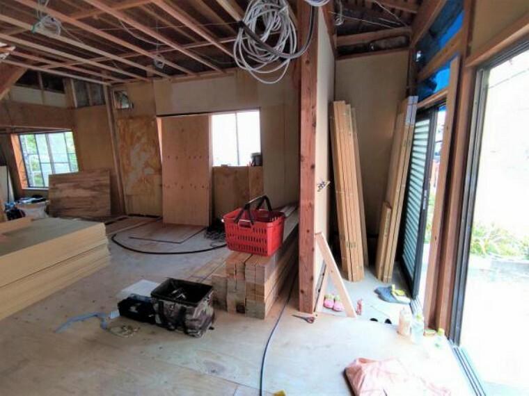 玄関 【リフォーム中】玄関は、フローリングの張替、壁と天井のクロス張替、ドア交換、窓の新設を行います。お家に帰った時に最初に目に入る場所ですので、清潔感のある仕上がりにしていきます。