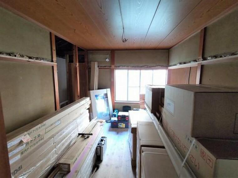 【リフォーム中】リビング横の和室は洋室へと変更します。フローリングの張替、壁と天井のクロス張替、物入戸の新設を行います。応接間、またはご夫婦の主寝室としてお使い頂けそうです。