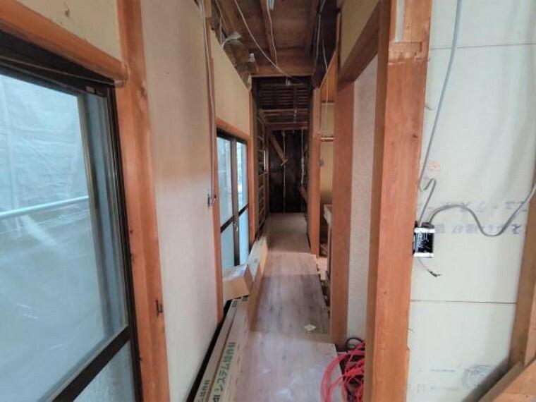 【リフォーム中】1階廊下は、床はフローリング張替、壁と天井はクロスの張替を行います。