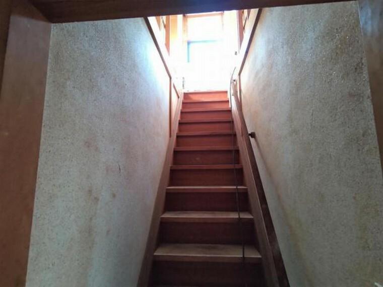 【リフォーム中】階段は、床のクリーニングとワックスがけ、壁と天井のクロス張替を行います。手すりを新設しますので、ご高齢の方やお子様に安心して2階へ登っていただけます。