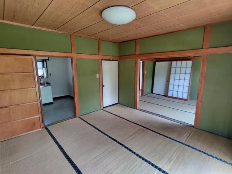 居間・リビング 【現在リフォーム中】西側8畳和室とDKを繋げてリビングに間取り変更します。広々とした16帖のリビングになるので、テレビやソファーを置いてくつろいでみてはいかがでしょうか。