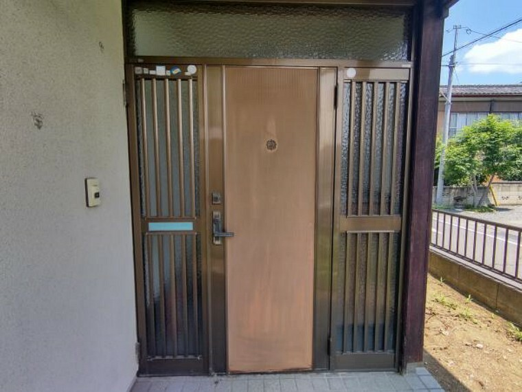 玄関 【現在リフォーム中】玄関は玄関ドアの交換、玄関タイルの貼替を行います。玄関はお家の顔とも言える部分なので特にこだわってきれいに仕上げます。