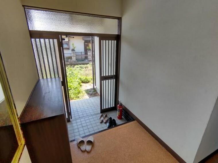 玄関 【現在リフォーム中】玄関のシューズボックスは新品交換を行います。また、タイル、フローリングの貼替、照明交換を行います。明るい玄関でお客様をお迎えできますね。