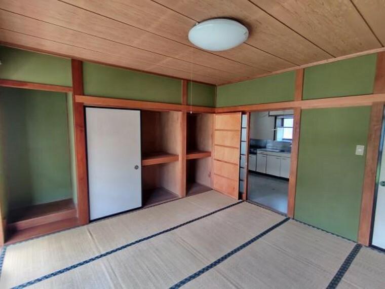 居間・リビング 【現在リフォーム中】西側和室は隣のDKと繋げてリビングへと間取り変更します。また、フローリングの貼替、クロス貼替、照明交換を行います。