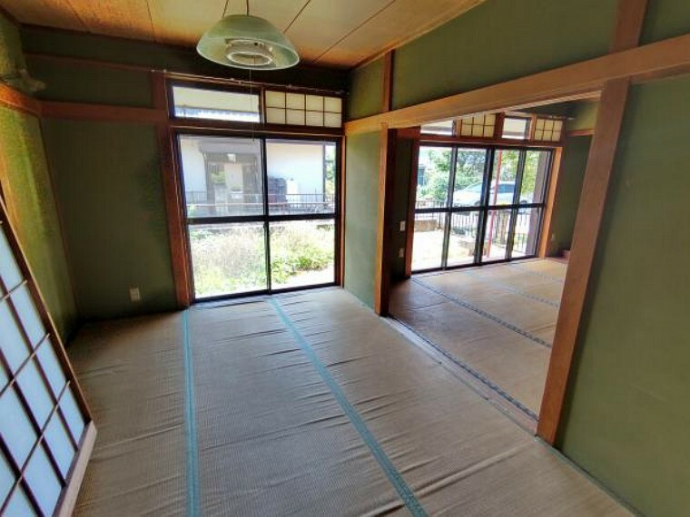 【現在リフォーム中】東側和室は畳の表替え、クロス貼替、照明交換を行います。リビングに隣接しているので普段はリビングを拡張して利用することも寝室として利用することもできますね。