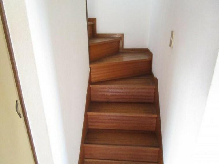 【現在リフォーム中】階段はフロアタイル重貼り、滑り止め設置、手すり交換を行います。小さなお子様もご年配の方も、安全に上り下りできるようにしていきます。