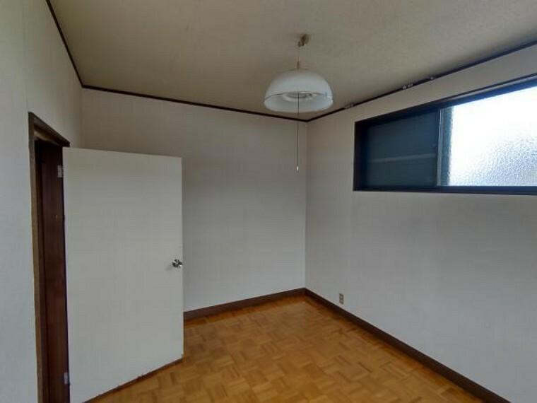 【現在リフォーム中】2階洋室はフローリングの貼替、クロス貼替、照明交換を行います。南向きの日当たりの良いお部屋です。