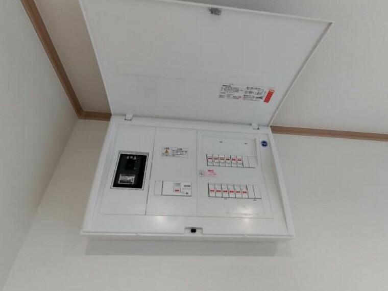 発電・温水設備 【同仕様写真】洗面所に移設したブレーカーは40アンペアです。回路数は10回路あります。電力会社へ申請すればアンペア数を上げることも可能ですので、ご自信のライフスタイルに合わせてご検討ください。